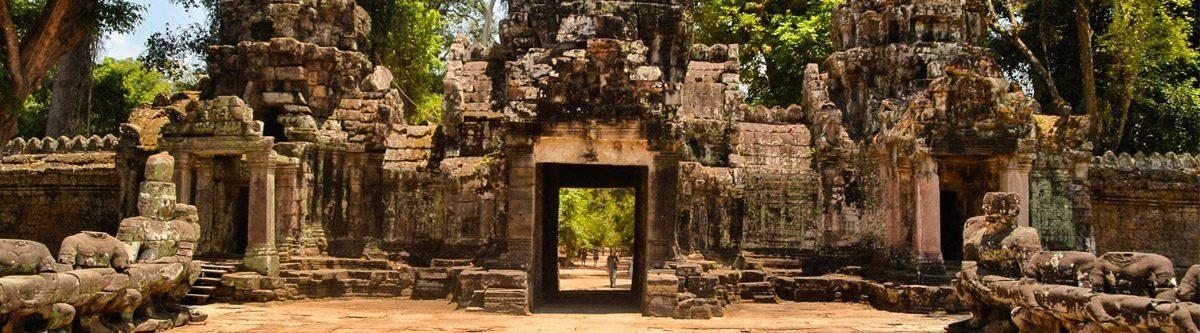 Een doorgang naar een van de tempels op het tempelcomplex van Angkor.
