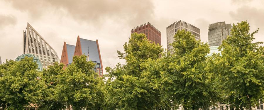 Moderne gebouwen doemen op achter het historische centrum van Den Haag.