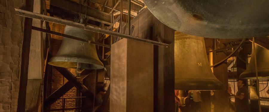 De verschillende beiaarden (klokken) in de klokkentoren van de Dom.