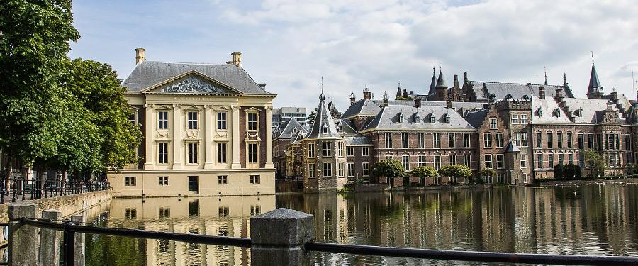 Het historische centrum van Den Haag staat in scherp contrast met het modernere deel van de stad.