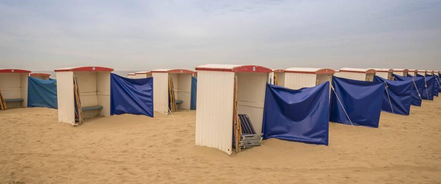Enkele strandhutten op het strand van Katwijk.