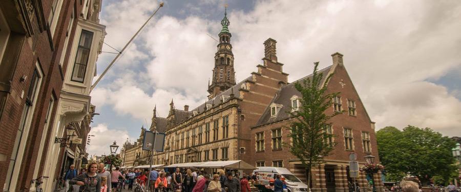 Een druk bezocht marktje in Leiden.