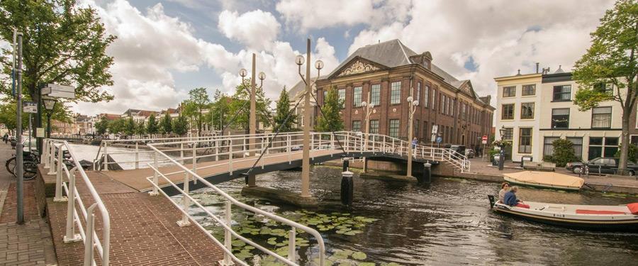 Zoals overal in Nederland, heeft ook Leiden een uitgebreid grachtennetwerk waarop je kan varen.