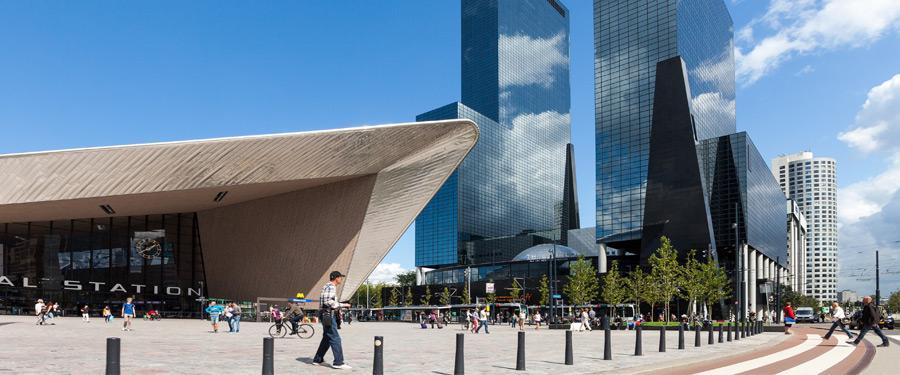 Rotterdam centraal met daarachter enkele moderne skyscrapers. De stad lijkt wel uit de toekomst te komen!