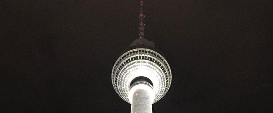 De Fernsehturm is 's avonds prachtig verlicht!