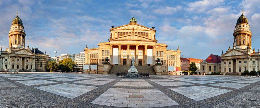 De Gendarmenmarkt van Berlijn heeft drie prachtige gebouwen, waarvan twee kerken tegenover elkaar gebouwd.