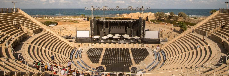 Voor de gelegenheid werd het amfitheater omgetoverd tot een iets modernere variant.