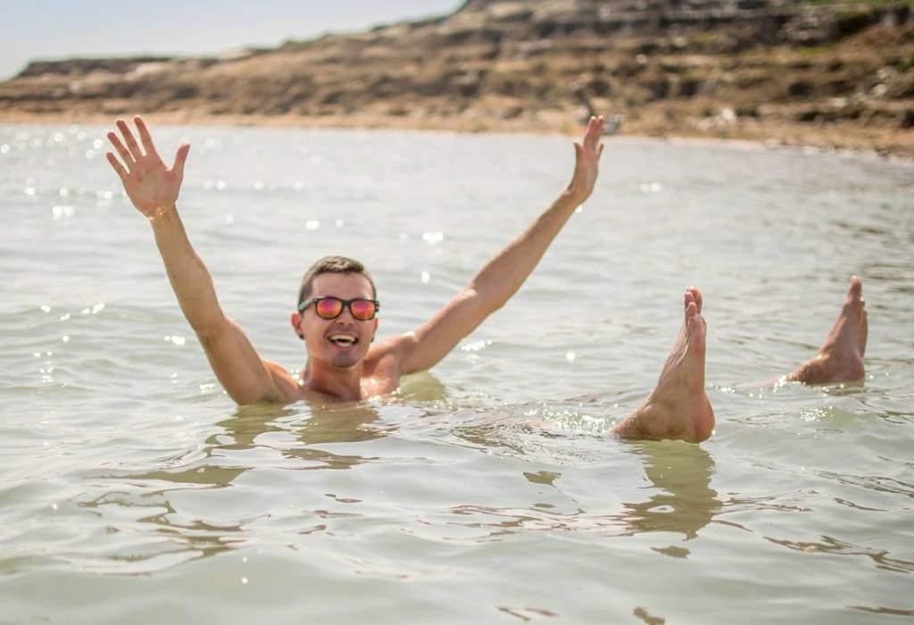 In de dode zee voel je je bijna gewichtsloos. Alsof je een waterastronaut bent!