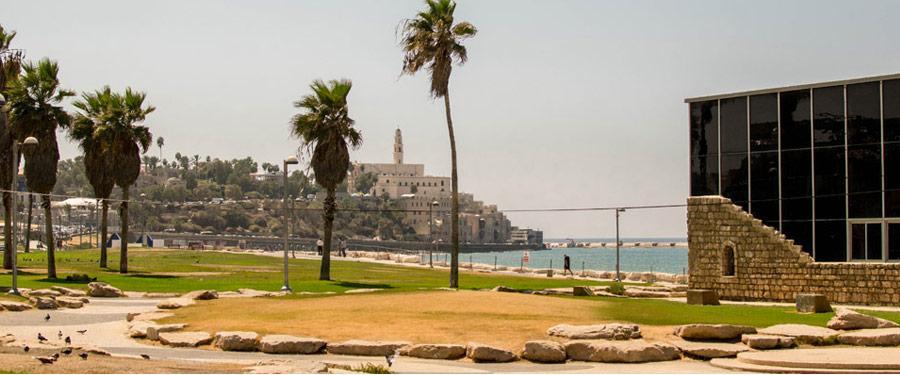 Het begin van de stranden in Tel Aviv, met uitzicht op Old Jaffa.