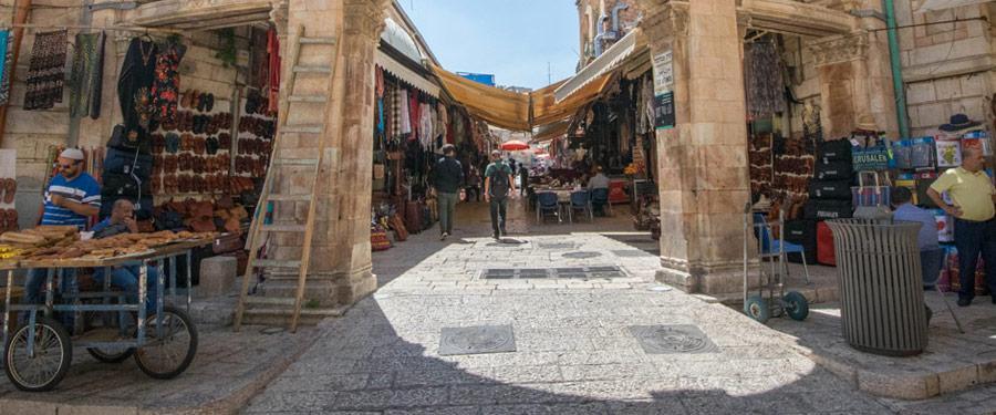 De immer bezige straatjes van Jeruzalem zijn bezaaid met toeristen, pelgrims en handelaars.