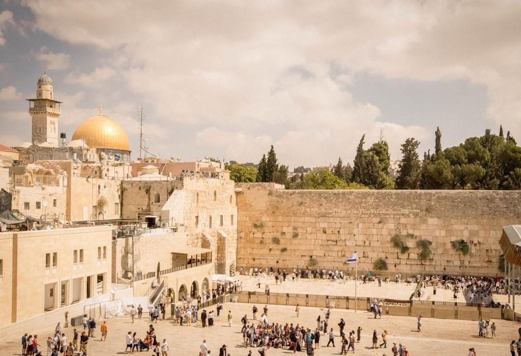 Jeruzalem vanuit de hoogte. Hier zie je de Klaagmuur en op de achtergrond de Rotskoepel.