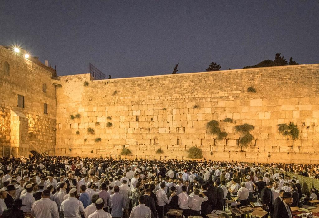 De Sjabbat in Jeruzalem trekt heel wat Joodse gelovigen op vrijdagavond.