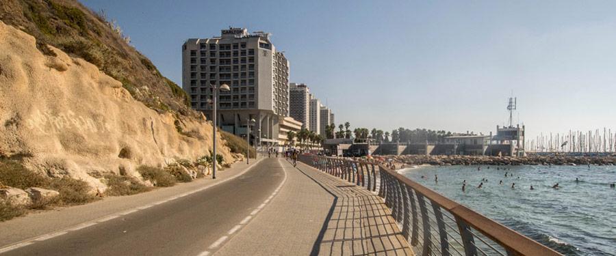 Fietsen en wandelaars kunnen ongestoord langs de dijk van Tel Aviv wandelen.