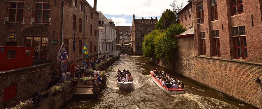 Een rondvaart op de kanalen van Brugge is interessant en geeft je een uniek zicht over de mooie stad.