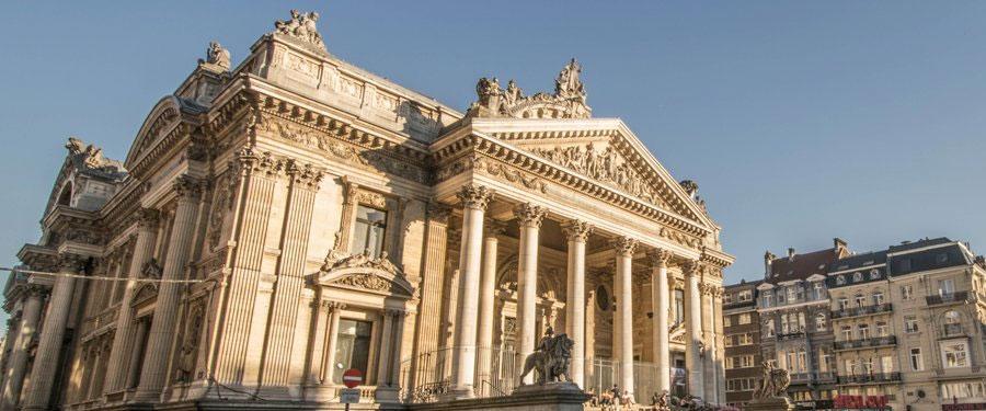 De Beurs (la bourse) in Brussel. Vooral 's avonds komt deze omgeving tot leven met de autoloze avenue.