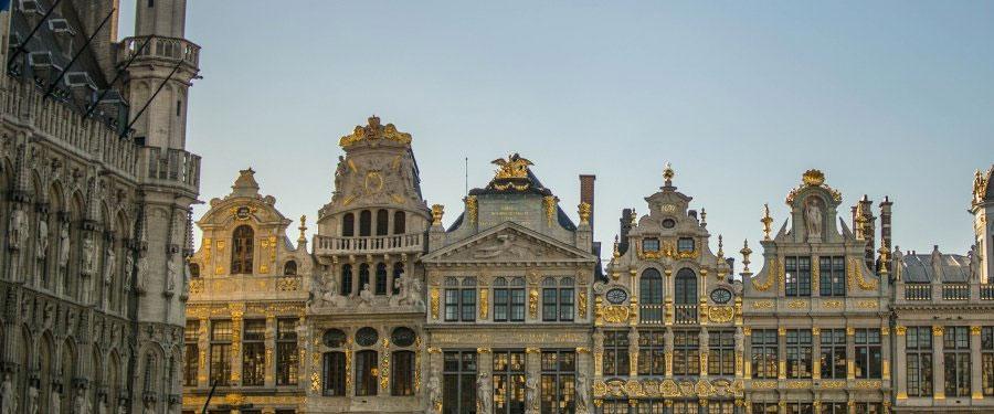 De grote markt van Brussel ligt vlakbij het centraal station en biedt een prachtig uitzicht op de mooie trappenhuisjes!