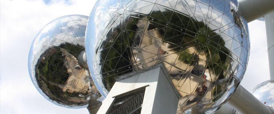 Het atomium van Brussel, één van de overblijfselen van de wereldexpo.