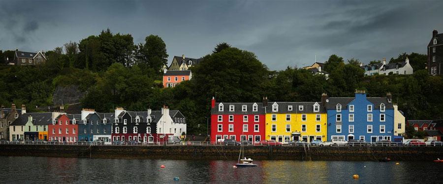 Enkele kleurrijke huisjes op het Isle of Mull. Het grauwe, Schotse weer wordt zo toch een beetje opgevrolijkt!