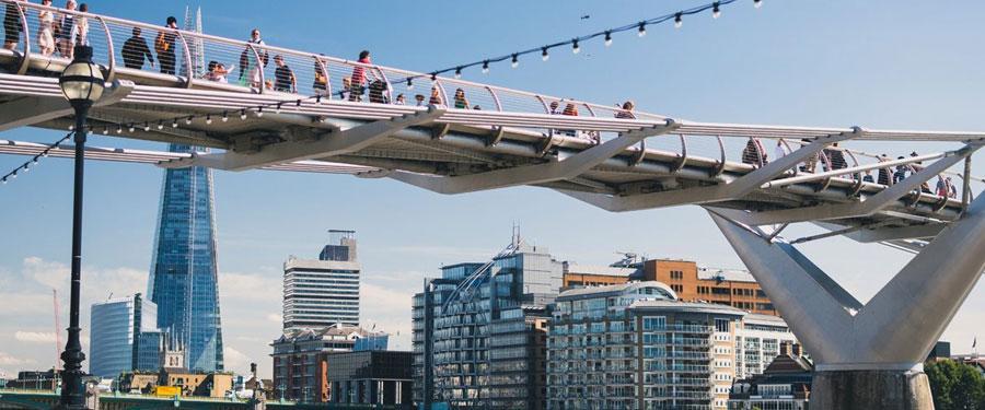 De Millenium Bridge; 325 meter staal dat Bankside met Londen City verbindt.