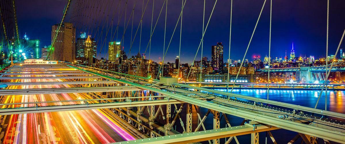 De prachtige Brooklyn Bridge verbindt Manhattan met Brooklyn.