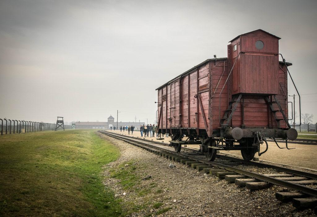 Een wagon, zoals er zovelen op deze sporen aankwamen en de inzittenden in een levende hel vastzetten.