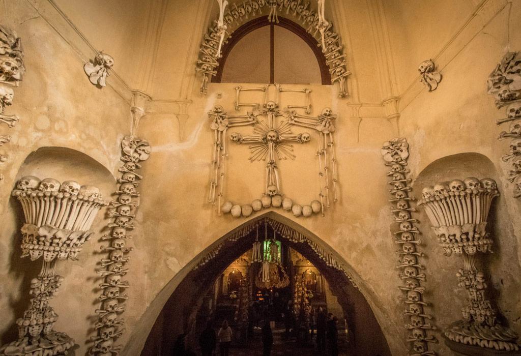 De ingang van de 'bottenkapel van Praag'.