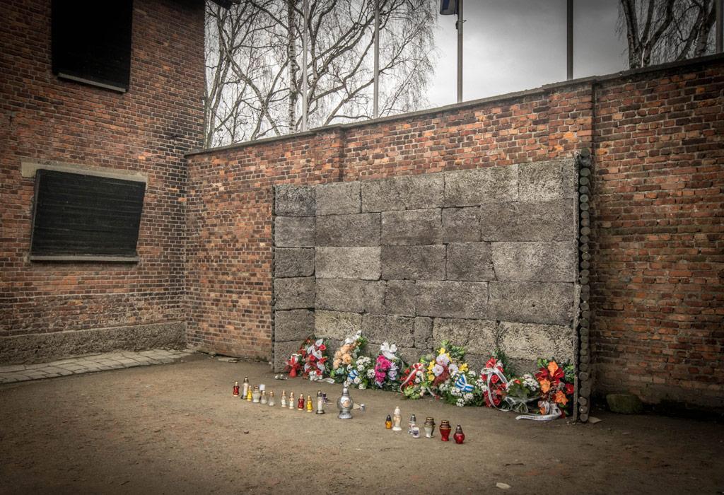 De doodsmuur van Auschwitz, waar duizenden mensen werden neergeschoten. Vaak voor geen enkele goede reden...