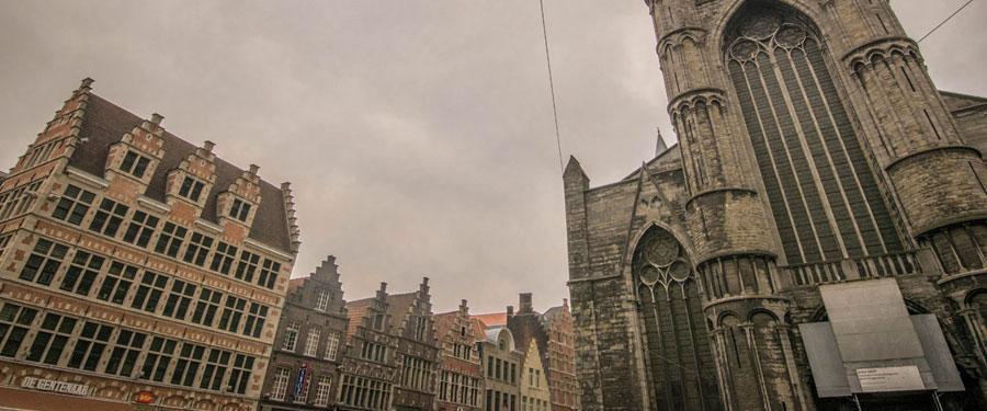 De Korenmarkt van Gent wordt een beetje gezien als het meest centrale plein van de stad.