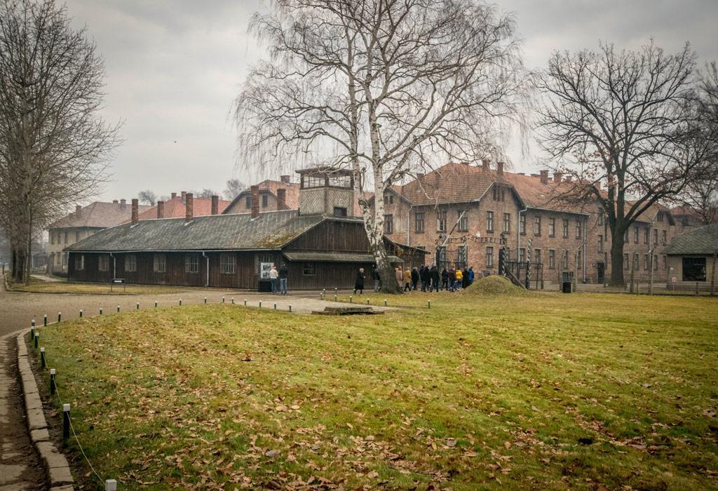 De ingang naar Auschwitz. Gelukkig kon ik wél nog naar buiten. Iets dat de vele slachtoffers alleen maar vurig konden hopen...