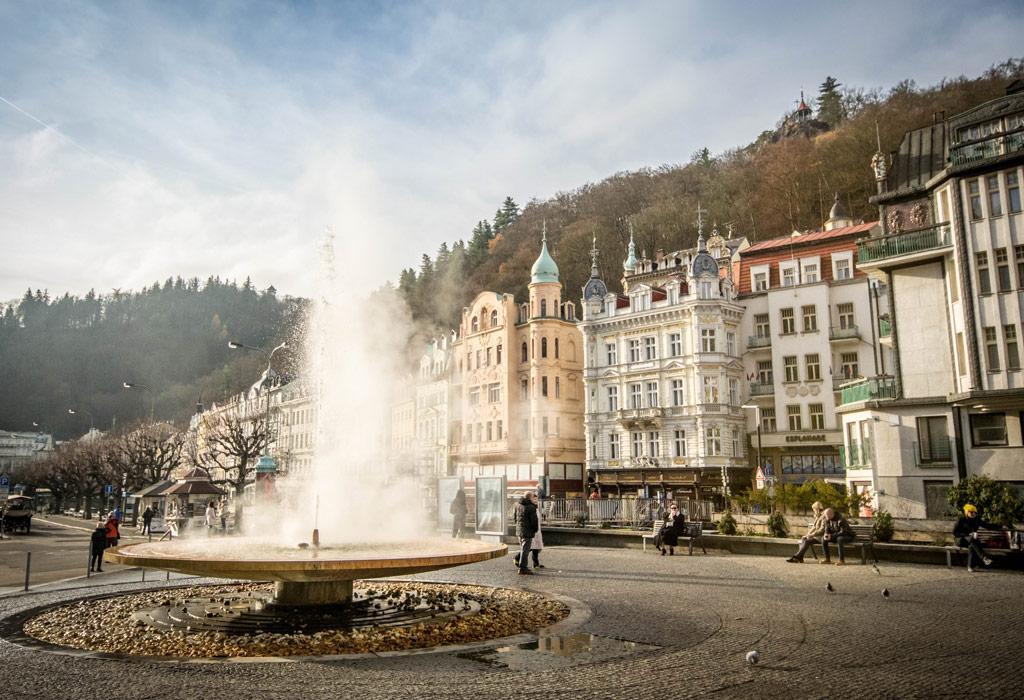 De fontein van Karlovy Vary in het centrum van de stad.