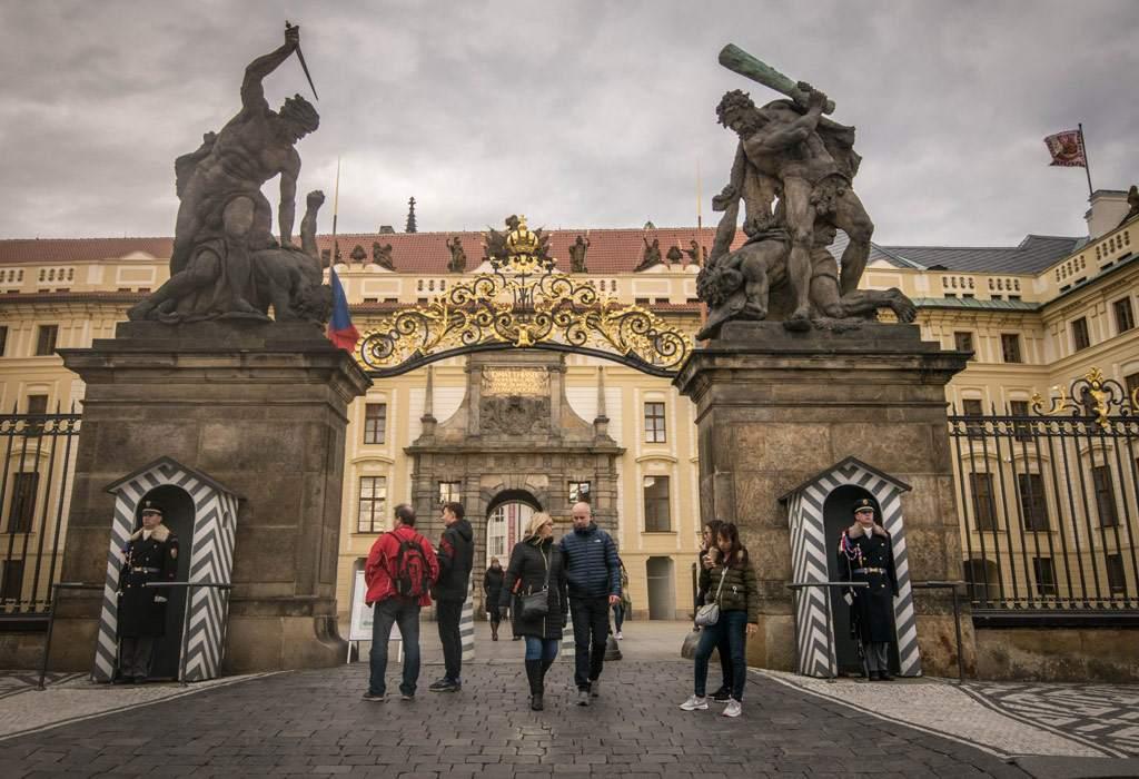 De uitgang van het kasteel van Praag.