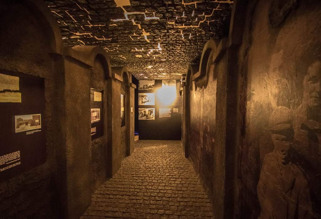 Een nagebootse muur van het 'Krakau Ghetto' in de voormalige fabriek van Oskar Schindler.