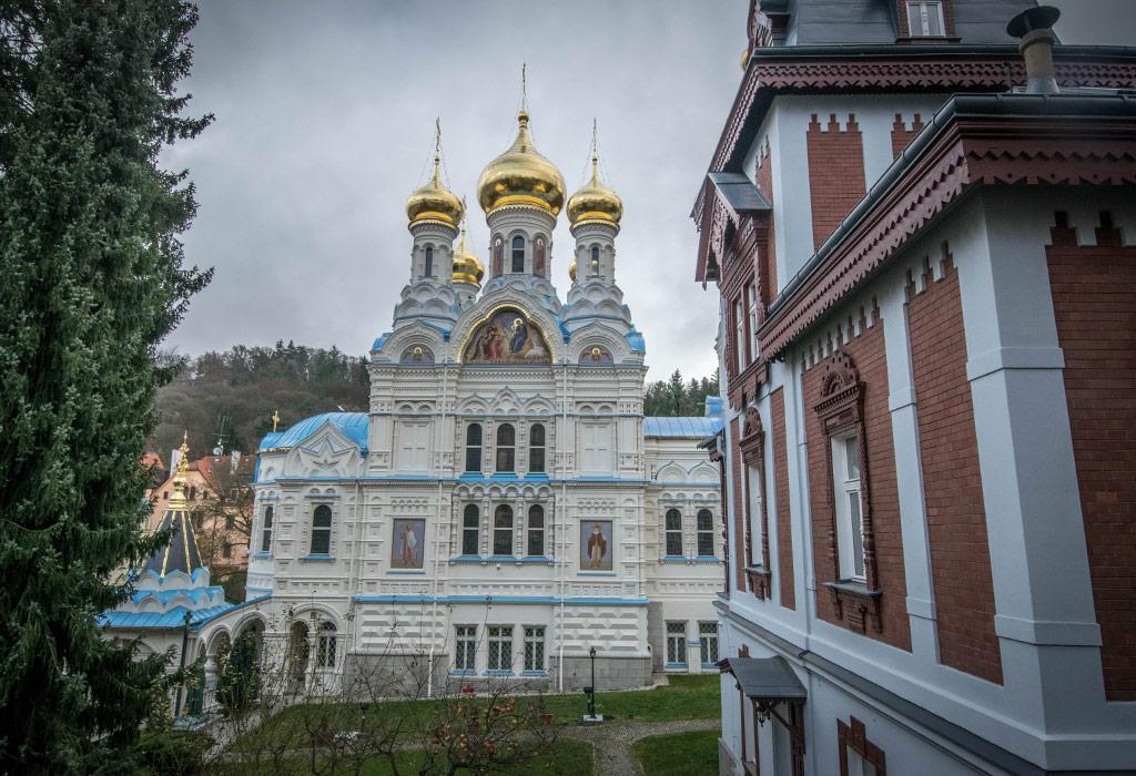 De orthodoxe sint Pieter en Paulus kerk ligt verscholen achter enkele andere gebouwen maar is een bezoek meer dan waard!