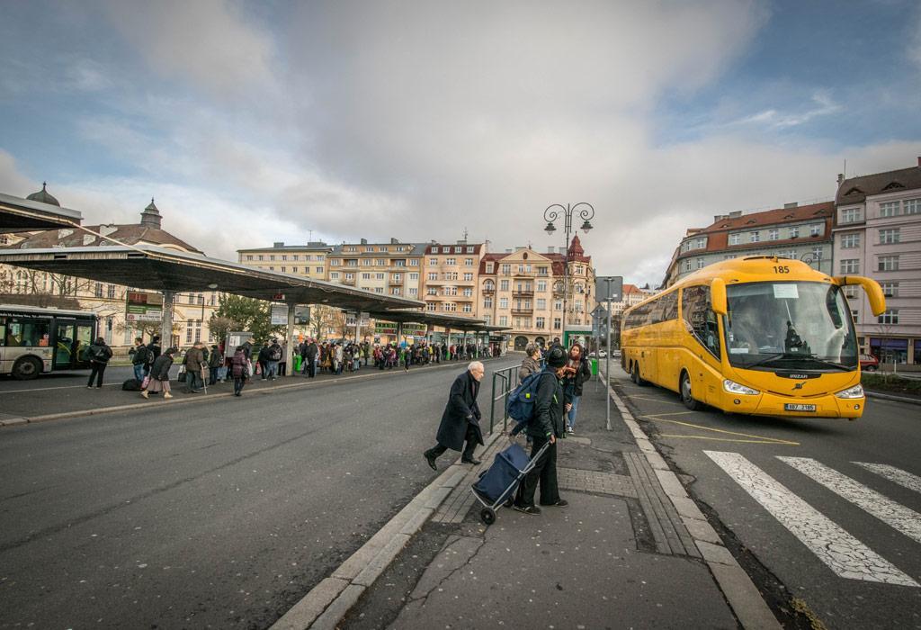 De bus van Praag naar Karlovy Vary. Op ongeveer twee uur en een half ben je al in deze prachtige stad!