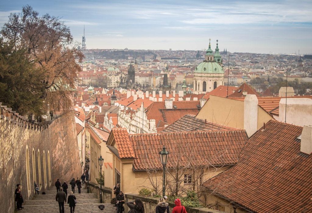 Het uitzicht van het kasteel van Praag. Het zijn nogal wat trappen maar het is zeker de moeite waard!