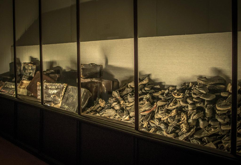 Schoenen en koffers die werden achtergelaten door de gevangenen en later werden teruggevonden doorheen het kamp.