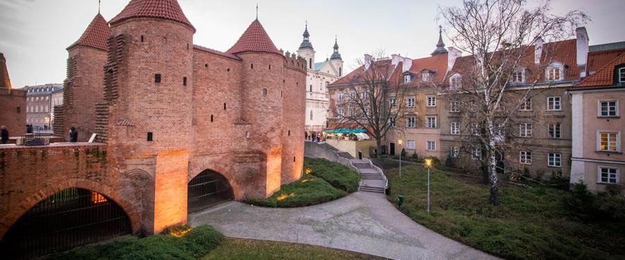 Het Barbakan Warszawski. De stadsomwalling van Warschau.