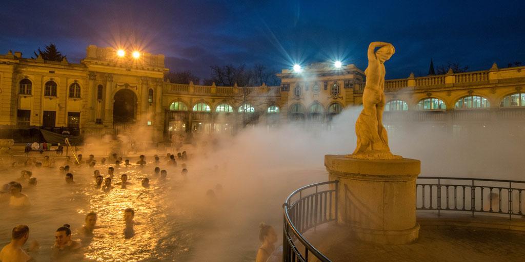 Het befaamde buitenbad van Széchenyi in Boedapest.