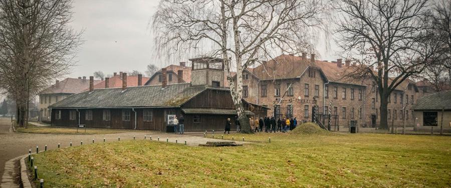 Het Auschwitz I kamp. Hier was plaats voor 10,000 gevangenen. Al gauw werden het er honderdduizenden...