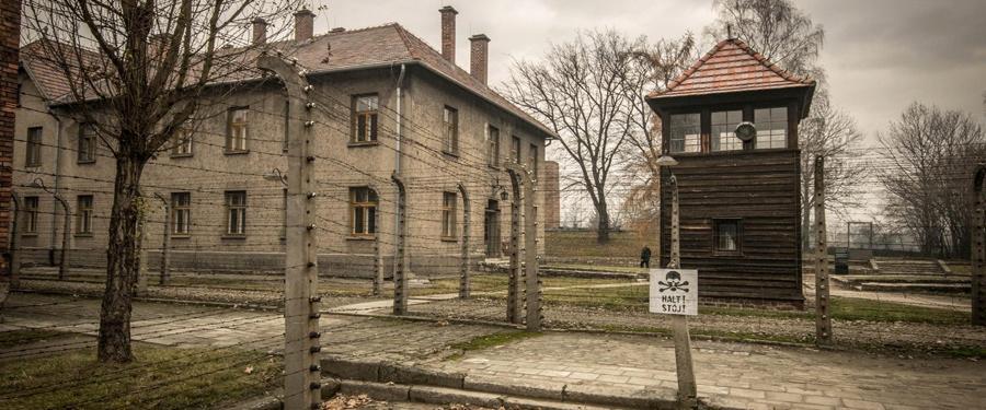 Auschwitz I, het oorspronkelijk enige kamp van Auschwitz. Het zat al gauw overvol en nieuwe kampen werden bijgebouwd.