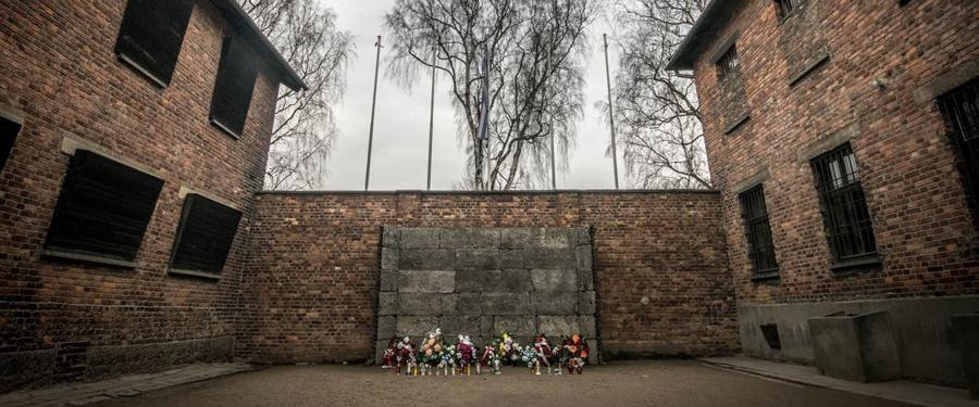 Het 'death block', of bunker 11. Tegen deze muur werden willekeurige slachtoffers neergeschoten.