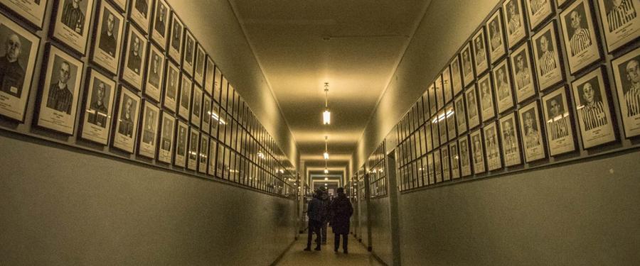 In de bunkers van Auschwitz I vind je informatieve musea die je gegarandeerd een krop in de keel zullen bezorgen.