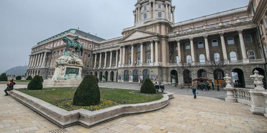 Een van de vele gebouwen op het domein van het Boedapest kasteel.