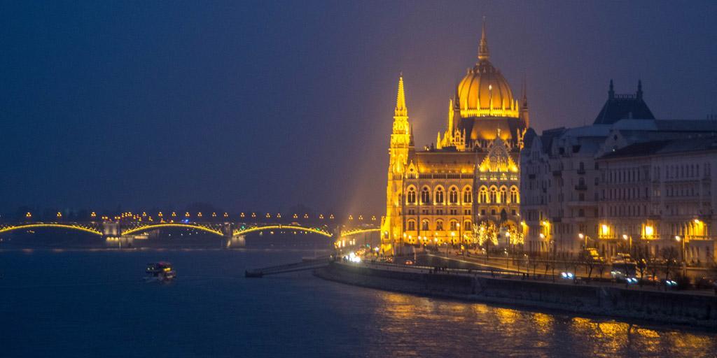 Het parlement wordt 's avonds en 's nachts mooi verlicht. Het lijkt wel alsof het gebouw uit goud werd gemaakt!