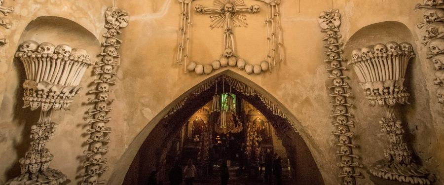De inkomsthal van de 'bottenkapel van Praag' of het osuarium van Sedlec.