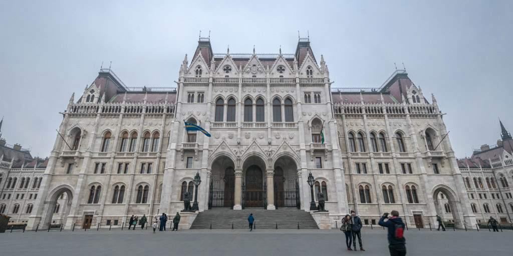 Het prachtige parlement van Boedapest. Indrukwekkend vanbinnen én vanbuiten!