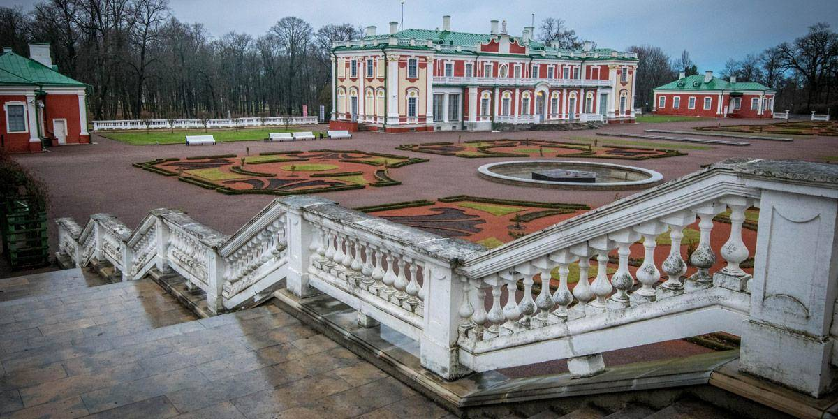 Het Kadriorg paleis, net buiten het drukke stadscentrum. Je kan er naar toe wandelen of de tram nemen.