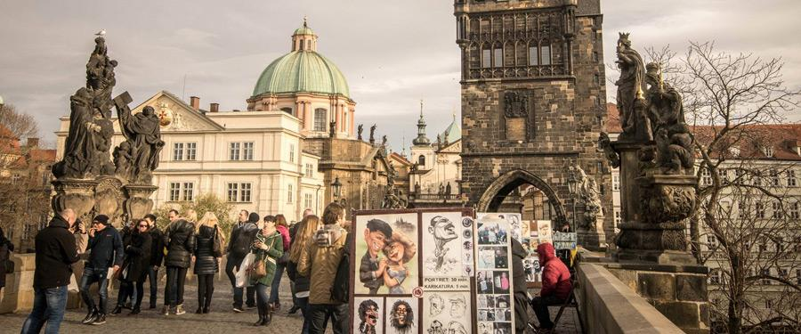 De Karelsbrug van Praag staat vol met artiesten en is heel leuk om rustig af te stappen.