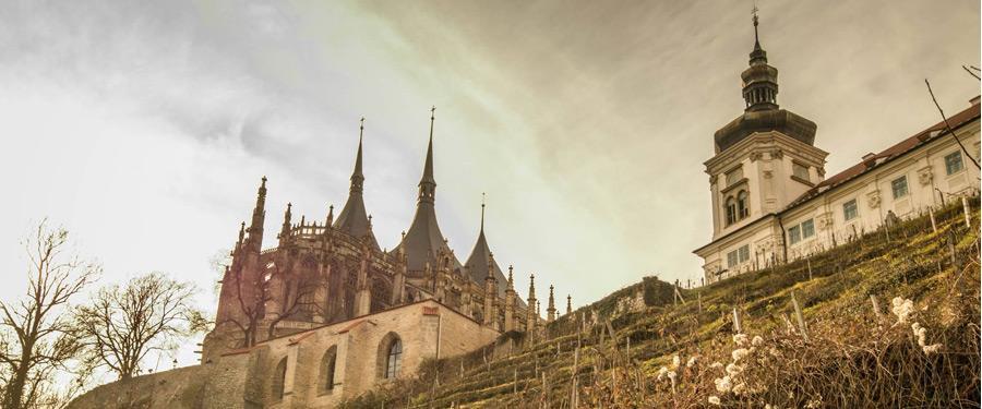 Naast de Sint-Barbara kathedraal ligt nog zo'n mooi gebouw. Het Jezuïeten college.