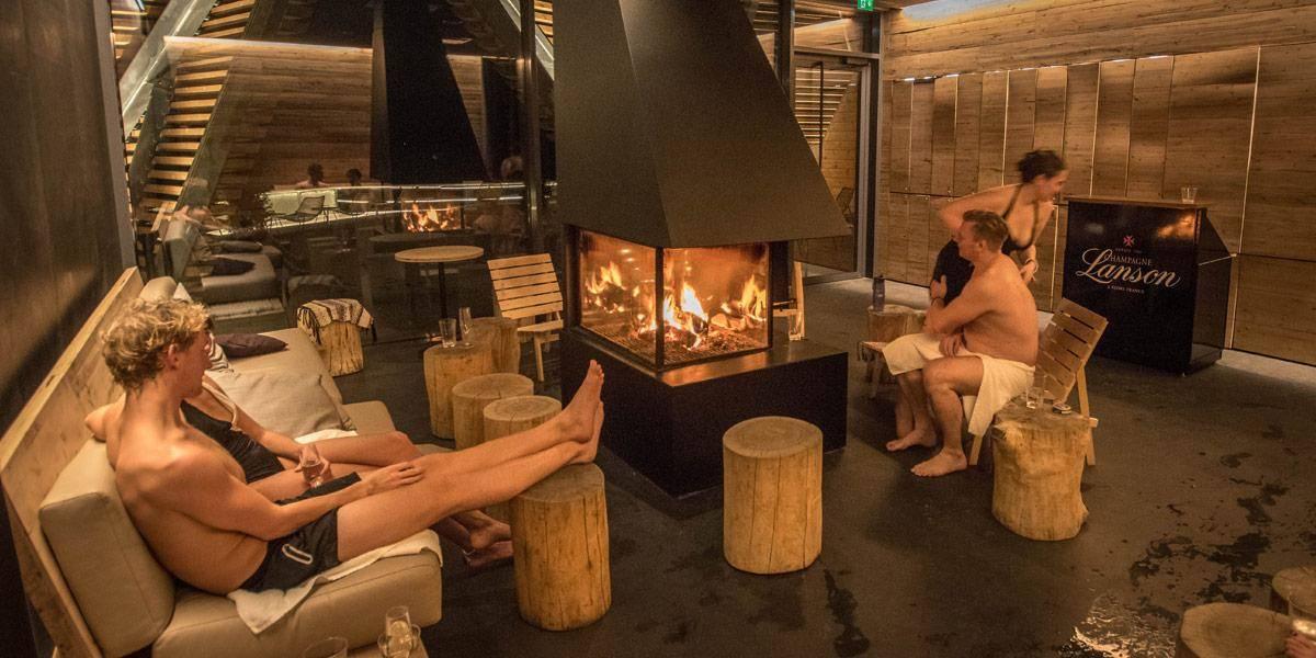 Nadat je even hebt afgekoeld kan je een gratis slokje water drinken in de relax lounge van de sauna.